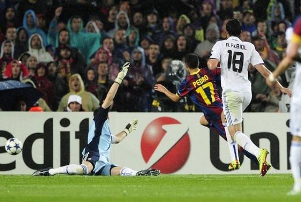 PASE Y COBRE. Pedro aprovechó una genialidad de Iniesta y puso el 1-0 a favor del Barcelona. (Foto: AFP)
