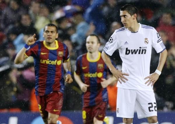 INTUÍA EL PANORAMA. Mientras Dani Alves e Iniesta regresan a su campo luego del gol de Pedro, un estático Di María no pude ocultar su resignación por la ventaja catalana. (Foto: REUTERS)