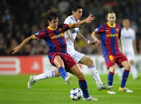 EL REY DE LA SELVA. 'Tarzán' Puyol se mostró sólido ante los atacantes del Real Madrid. Di María no pudo superar al capitán del Barcelona. (Foto: AP)