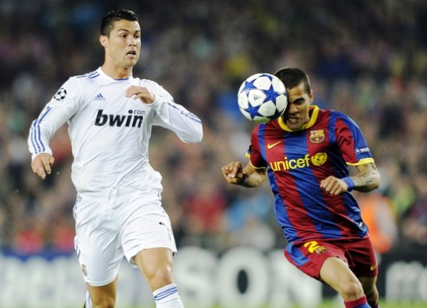 NI CHICHA NI LIMONADA. Dani Alves logra avanzar hacia el pórtico de Casillas a pesar de la marca de Ronaldo. CR7 no destacó ni en ataque ni en defensa. (Foto: AFP)
