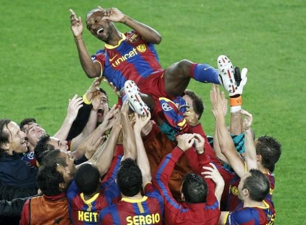 LO MERECÍA. Las celebraciones del Barcelona tuvieron como protagonista al francés Abidal. Sus compañeros le dedicaron el pase a la final de la Champions. (Foto: REUTERS)