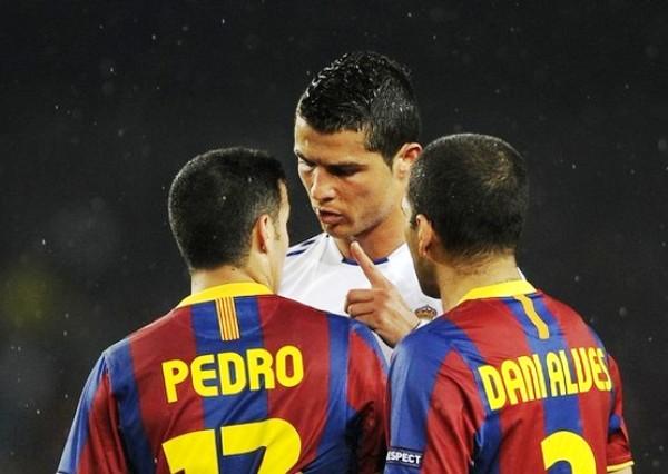 NO ARRUGAN. La arrogancia de Cristiano Ronaldo se hizo presente durante el cotejo. En la imagen se observa cómo tiene un altercado con Pedro y Dani Alves. (Foto: AFP)