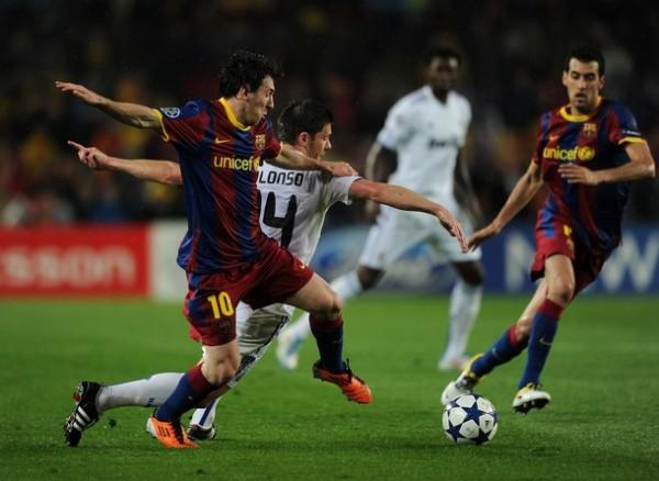 TODO TERRENO. Si bien no fue su mejor cotejo, Messi complicó al bloque defensivo merengue. Xavi Alonso sufrió la movilidad del volante del Barcelona. (Foto: AFP)