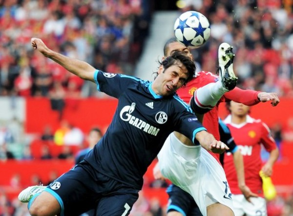 EL ÁNGEL. Raúl lucha el esférico con Chris Smalling. El 'Ángel de Madrid' dejó todo en el campo en lo que pudo ser su última Champions League. (Foto: AP)