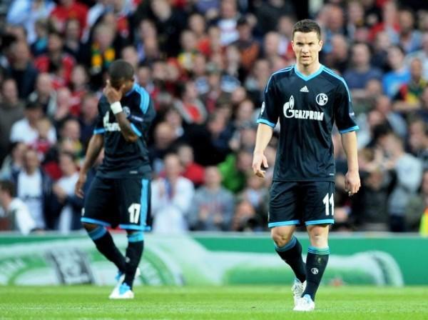 DESFOCADOS. Jefferson Farfán y Alexander Baumjohann lucen desconsolados, uno más que otro, tras el tercer gol de Manchester. Ninguno de ellos pudo anotar en la llave. (Foto: AP)