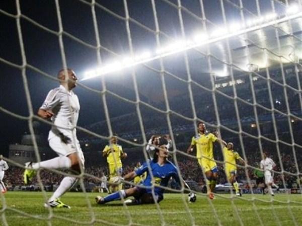 EL JUGADÓN. Pudo ser un golazo tras genial regate de Cristiano Ronaldo, pero Benzema puso el pie mal al conectar el esférico y lo mandó por encima del travesaño. (Foto: AP)