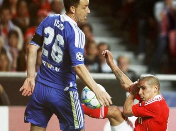 LA CLAVE. Maximiliano Pereira centra y el balón golpea la mano de John Terry; sin embargo, Paolo Tagliavento no cobra y deja escapar una oportunidad de oro para un Benfica superior hasta ese momento. (Foto: Reuters)