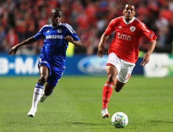 LA CALAMIDAD. Emerson sufrió a su compatriota sobremanera en la primera parte. Ramires desbordó y pasó constantemente la frágil marca del lateral izquierdo de Benfica. (Foto: AP)