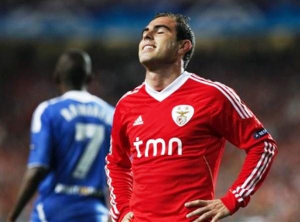 EL CAMBIAZO. Bruno César no solo colaboró con Emerson para tapar la salida de Ramires, también le dio más dinámica y juego frontal a Benfica, sin embargo, no sirvió de mucho. (Foto: AP)