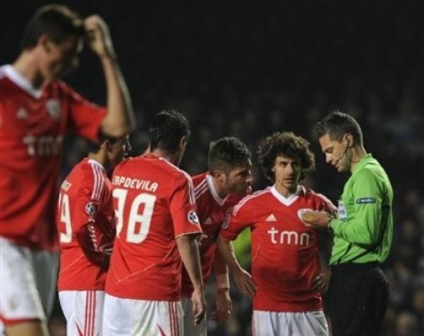 LA CLAVE. La expulsión de Maxi Pereira condicionó el accionar de Benfica.  (Foto: AP)