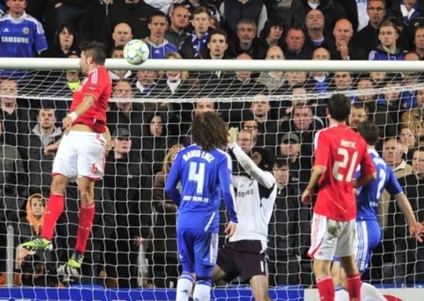 EL TAPADÓN. Petr Cech evitó con una gran estirada que un cabezazo de Yannick Djaló vulnerara su arco. (Foto: AFP)