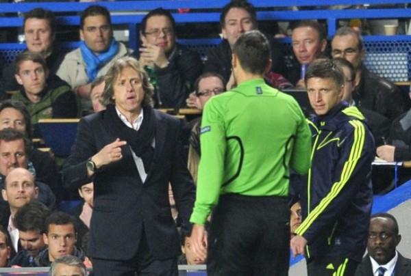 KAZUKI ITO. Damir Skomina cobró un dudoso penal que derivó en el 1-0 a favor del Chelsea. Dicha jugada influyó de gran manera en el trámite del cotejo. (Foto: AFP)