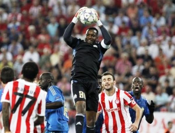 OLYMPIACOS 0-1 MARSELLA. Steve Mandanda fue una de las figuras en el triunfo de Marsella. El gol lo hizo Lucho González. (Foto: AFP)