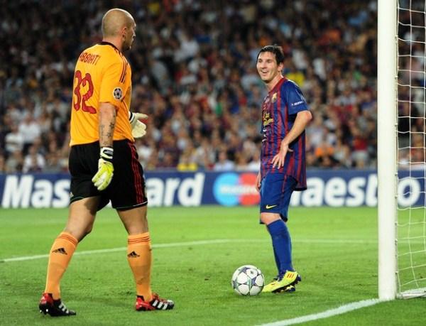BARCELONA 2-2 AC MILAN. Lionel Messi parece incrédulo ante el sorpresivo empate de Milan sobre el final del partido, luego de dominar en todo el encuentro. (Foto: AFP)