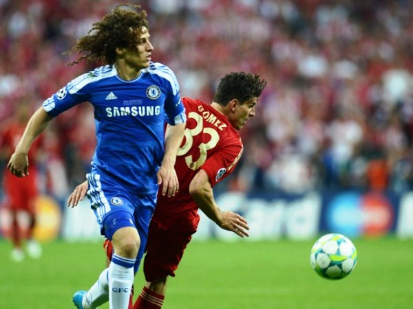 EL DUELO. Mario Gómez fue uno de los que más insistió en ataque para el Bayern teniendo las situaciones de gol más claras, y se encontró en varios momentos con la dupla de Cahill y David Luiz. Choque de gigantes. (Foto: AFP)