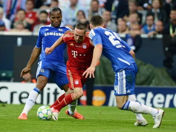EL JUGADÓN. Franck Ribery a pura gambeta ingresó por el borde del área y casi anota sobre la valla de Cech. (Foto: AFP)