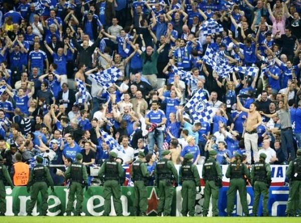 LA CANCHA. El Allianz Arena tuvo un marco digna de una final y de dos hinchadas que vivieron a mil el partido, sobre todo los hinchas de Chelsea que llenaron de banderas el estadio alemán. (Foto: AFP)