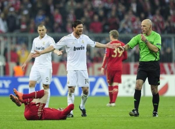 KAZUKI ITO. Nuevamente, el inglés Webb tuvo una actuación con varias polémicas. El árbitro dejó pegar más de la cuenta y se guardó tarjetas. (Foto: AFP)