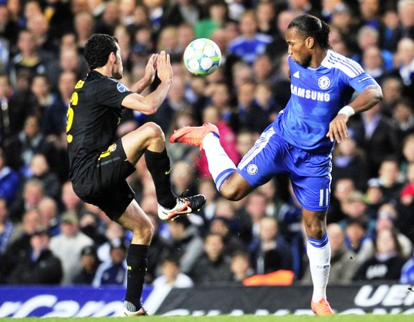 EL CAPO. Drogba le permitió al Chelsea sacar adelante la primera semifinal. El marfileño fue una pesadilla para la defensa catalana. (Foto: AFP)