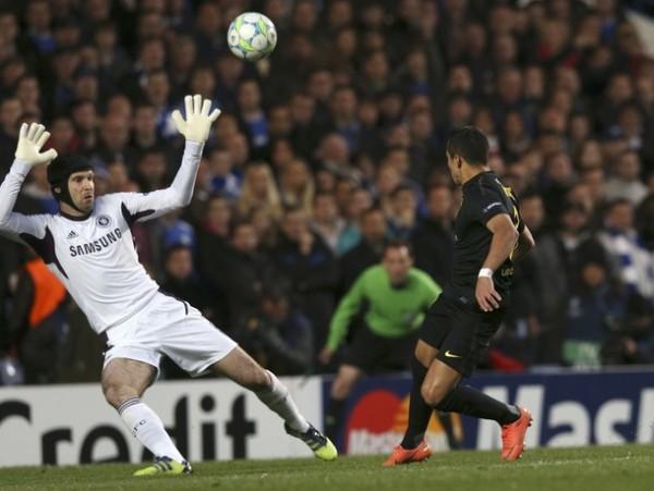 EL JUGADÓN. Tras una buena combinación entre Messi e Iniesta, Sánchez estuvo cerca de marca un buen gol de sombrero. No obstante, el balón se estrelló en el palo. (Foto: Reuters)