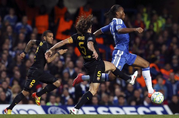 Cuando no encuentra compañeros alrededor suyo que lo asistan, Didier Drogba suele arreglárselas por si solo para inquietar a cualquier defensa que tenga al frente (Foto: Reuters)
