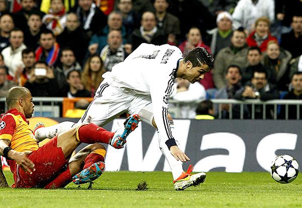 En Madrid la goleada empezó gracias a la astucia de Cristiano Ronaldo para encontrar espacios, algo a lo que el conjunto turco no le encontró solución (Foto: EFE)