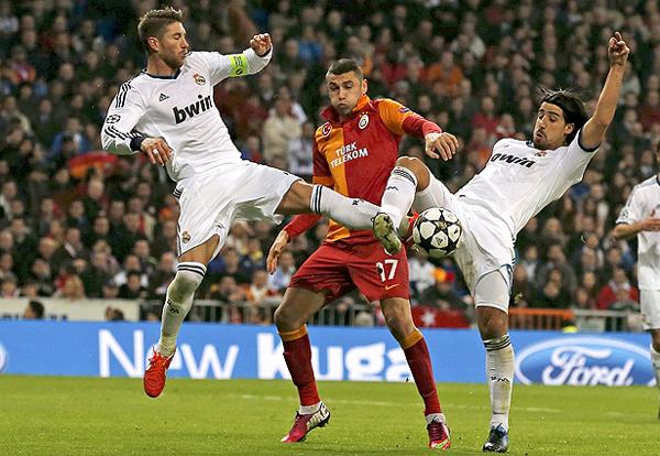 La mejor opción ofensiva de Galatasaray, Burak Yilmaz, fue bien maniatada por el sistema defensivo del Madrid que contó con unos muy atentos Sergio Ramos y Sami Khedira (Foto: EFE)