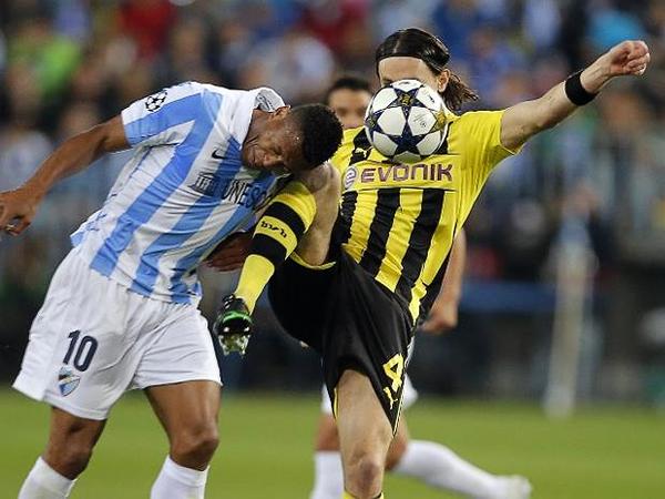 Julio Baptista trata de ganarle la pelota a Neven Subotic, uno de los baluartes de la defensa del equipo alemán (Foto: AFP)