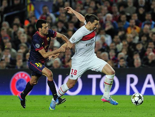 Poco pudo hacer Zlatan Ibrahimovic para cambiar el destino de su equipo que cayó luchando contra el mejor desempeño del Barcelona en la llave que los enfrentó (Foto: AFP)
