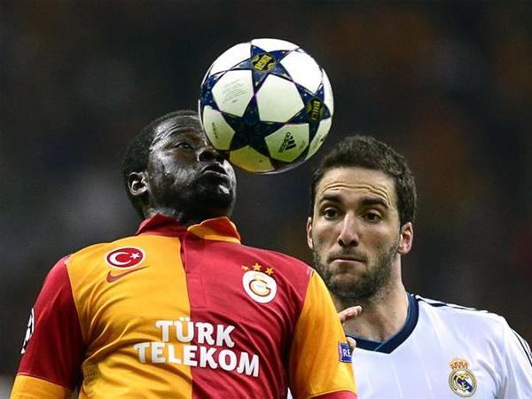 Emmanuel Eboué anotó el gol del empate para Galatasaray, tanto que impulsó la reacción turca para intentar darle vuelta a la llave contra el Madrid (Foto: AFP)