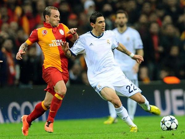 Un duelo de talentos se dio en Estambul, como el que enfrentó a Wesley Sneijder contra Ángel di María, habituales conductores de us equipos (Foto: AFP)
