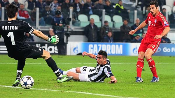 Claudio Pizarro se hizo presente con un gol sobre el final que acabó siendo de trámite pero sirvió para ratificar su buen momento en el Bayern (Foto: AFP)