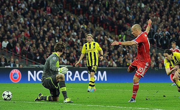 Cuando ya se pensaba en el tiempo extra, Arjen Robben se sacó de encima todo el pasado para matar el partido con una fulminante aparición por entre los centrales del equipo de Klopp (Foto: AFP)