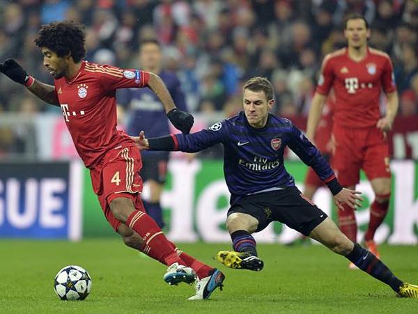 Dante se le escapa a Aaron Ramsey en una de las pocas ocasiones en la que Bayern logró salir en busca de iniciar una jugada ofensiva (Foto: AFP)