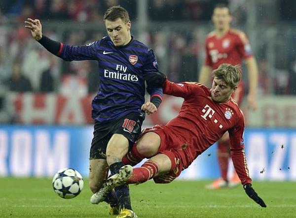 Al igual que Arsenal, Aaron Ramsey no tuvo un gran partido, pero rindió lo suficiente como para hacerle pelea a un deslucido Bayern (Foto: AFP)