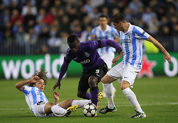 En La Rosaleda, Jackson Martínez tuvo poco espacio para aparecer como sabe en el Porto, como aquí que disputa el balón con Manuel Iturra (Foto: Reuters)