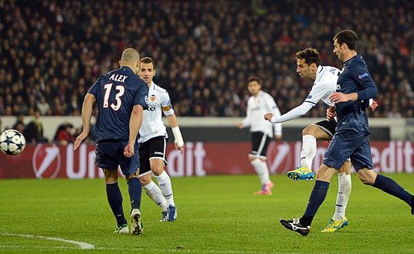 Jonas prendió una luz de esperanza para el Valencia al abrir el marcador con este remate (Foto: AFP)