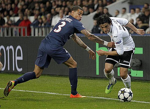 Tino Costa se le escapa a Gregory van der Wiel en lo que fue la lucha del Valencia por no ceder la llave contra PSG hasta el minuto final contra (Foto: Reuters)