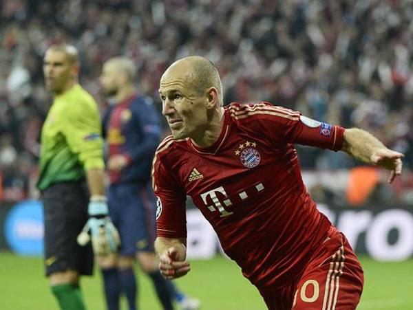 Cuando Barcelona pugnaba por lograr el descuento al estar dos goles abajo, Arjen Robben apareció para marcar el tercer tanto, gol que prácticamente cerró el partido (Foto: AFP)