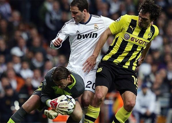 Gonzalo Higuaín intenta sorprender en vano al siempre atento Roman Weidenfeller, arquero del Dortmund que tuvo buen trabajo en Madrid (Foto: AFP)
