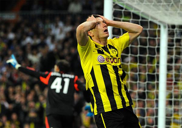 El Dortmund contó con algunas ocasiones de gol que al final casi lamentan haber fallado, tal como aquí hace Robert Lewandowski luego que Diego López alejara el peligro de la portería merengue (Foto: AFP)