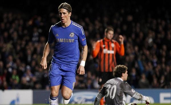 LOS BLOOPERS: Fernando Torres supo sacar buen provecho de una garrafal salida de Andriy Pyatov, portero del Shakhtar que tuvo una jornada para el olvido (Foto: AFP)