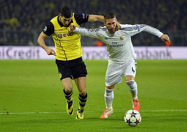 A Robert Lewandowski no se le dio el gol frente al Madrid, que en el tramo final tuvo que aguantar como sea a los atacantes del Dortmund (Foto: AFP)
