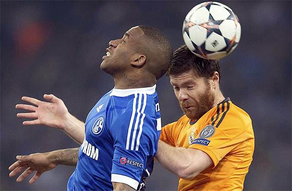 Luchar fue en vano para Farfán y el Schalke pues se encontró frente a una aplanadora merengue en su propia cancha (Foto: EFE)