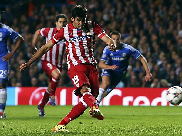Diego Costa ejecutó un penal que torció la historia a favor de Atlético de Madrid, que en su visita al Chelsea se repuso de un gol en contra (Foto: AFP)