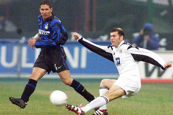 Simeone disputa contra Zidane uno de los clásicos de la temporada 1997/1998. (Foto: AFP)