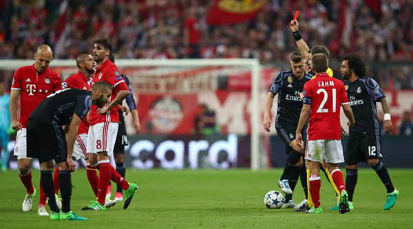 Con la expulsión de Javi Martínez, el Bayern complicó sus chances de hacerle frente al Real Madrid. (Foto: AP)