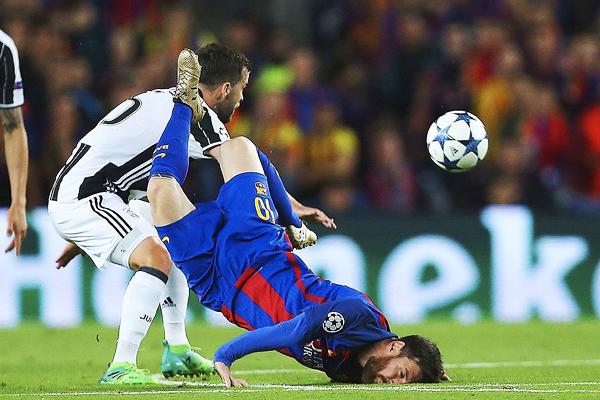 La postal que dio la vuelta al mundo: Lionel Messi y una fuerte caída de rostro. (Foto: EFE)