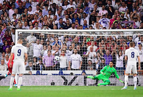 Robert Lewandowski marcó de penal y abrió el camino de una posible remontada en el Bernabéu. (Foto: AFP)