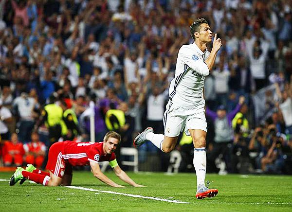 Cristiano Ronaldo apareció para marcar tres goles y asegurar la presencia del Real Madrid en las semifinales de la Champions League. (Foto: AFP)